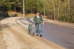 Equitação do ciclista da bicicleta de montanha subida fotografia de stock
