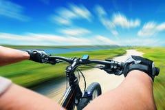 Equitação do homem em uma bicicleta Fotografia de Stock Royalty Free
