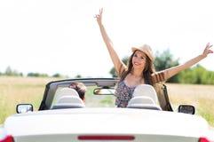 Equitação do homem novo e da mulher no carro convertível foto de stock royalty free