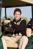 Equitação do jogador de golfe no carro de golfe Imagem de Stock