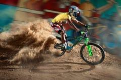 Equitação do motociclista com voltas agressivas foto de stock royalty free