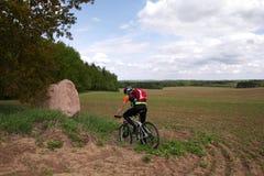 Equitação do motociclista na terra arável fotos de stock