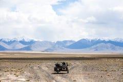 Equitação do side-car nas montanhas foto de stock