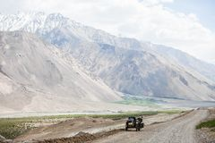 Equitação do side-car nas montanhas imagens de stock royalty free