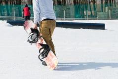 Equitação do Snowboarder na neve Imagem de Stock