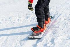Equitação do Snowboarder na neve Fotografia de Stock