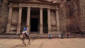 Equitação do turista da mulher em seu camelo em Petra Jordan video estoque