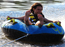 Equitação feliz da menina na água Imagem de Stock Royalty Free