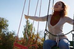 Equitação feliz da menina no carrossel. foto de stock