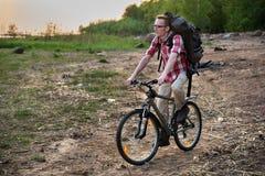 Equitação focalizada do ciclista na praia Fotos de Stock