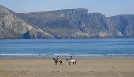 Equitação na praia da ilha de Achill, Irlanda Fotografia de Stock Royalty Free