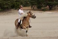 Equitação nas dunas Imagens de Stock Royalty Free