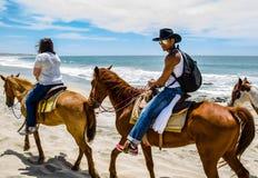 Equitación del hombre joven en la playa en Cabo San Lucas, Baja California foto de archivo