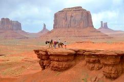 Equitación en el valle en AZ, los E.E.U.U. del monumento Imagenes de archivo