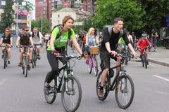 Equitação do grupo nas bicicletas da cidade Imagens de Stock Royalty Free