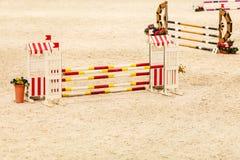 equitation Hindernis für springende Pferde stockfotos