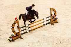 equitation zeigen Sie das Springen, Pferd und Reiter über Sprung stockbild