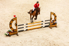 equitation zeigen Sie das Springen, Pferd und Reiter über Sprung Stockfoto