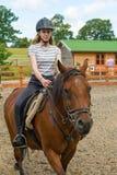 Equitazione al recinto chiuso Fotografie Stock