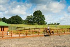Equitazione al recinto chiuso Fotografia Stock