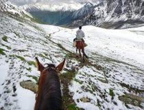 Equitazione nel Kirghizistan, Tien Shan fotografia stock libera da diritti