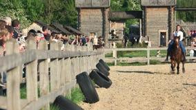 Equitazione nel parco archivi video