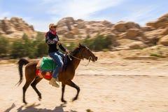 Equitazione in Petra Jordan Fotografie Stock