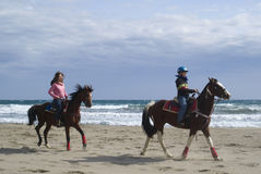 Equitazione sulla spiaggia Immagine Stock Libera da Diritti