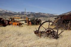 Equpiment viejo de la granja en un campo imagen de archivo
