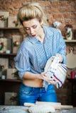 Erótico rubio atractivo de la mujer joven prepara la pasta en la cocina ama de casa con los bolsos de la harina y con el rodillo  fotografía de archivo
