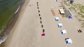 Eröffnung der Strandjahreszeit in Yantarny-beliebtem Erholungsort stock footage