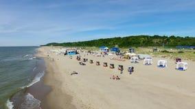 Eröffnung der Strandjahreszeit in Yantarny-beliebtem Erholungsort stock video