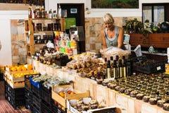 1er août 2018, Aljezur, Portugal - marché municipal de nourriture d'Aljezur image libre de droits