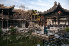 Er arbeitet in Yangzhou, China im Garten Lizenzfreies Stockfoto