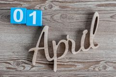 1er avril jour 1 du mois d'avril, calendrier de couleur sur le fond en bois Le printemps… a monté des feuilles, fond naturel Image stock