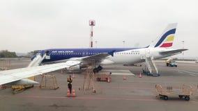 ER-AXV - Luchtbus A320-211 door Air Moldova op tarmac in Chisinau in werking die wordt gesteld die stock video