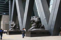 Er bronziert Löwestatuen am Eingang des Börse-Operationszentrums Shenzhens stockfotos