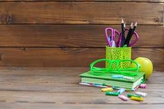 Er bucht, Bleistifte und Stifte für Schule Hölzerne Tabelle Das Konzept Stockbilder
