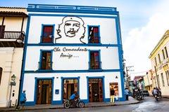 Er Camaguey-Postbüro auf dem Recht mit dem Bild Geburts- Hauses Che Guevaras von Ignacio Agramonte Lizenzfreies Stockfoto