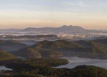 1er, décembre 2016 - 1 part de vue de ville de Dalat de montagne de Pinhat dans le lac TuyenLam à la fuite Dong Vietnam de Dalat- Image libre de droits