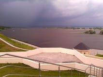 Er is een onweersbui op de rivier stock foto's