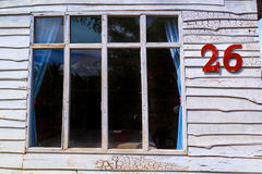 Er Fenster hat weiße hölzerne Wände Lizenzfreie Stockfotos