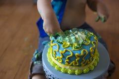 1er fracas de gâteau d'anniversaire pour un garçon photo libre de droits