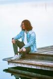 Er genießt die Ruhe am See Lizenzfreie Stockfotos
