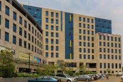 Er is het de Hoogtenwinkelcomplex van Kigali met winkels, restaurants en een supermarkt stock foto