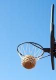 Er ist innen! Bild eines Basketballs im Netz Stockfotografie