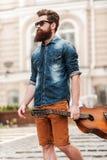Er ist nie weit von seine Gitarre Lizenzfreie Stockfotos