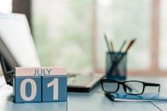 1er juillet jour du mois 1, calendrier en bois de couleur sur le fond de lieu de travail d'affaires Concept d'été L'espace vide p Photo libre de droits