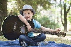 Er mag Gitarre spielen stockbild