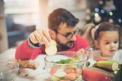 Er mag Vati helfen, wenn er Mahlzeiten macht lizenzfreie stockfotografie